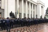 У центрі Києва поліція оглядає речі людей і машини
