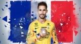 Новичок против Франции пела песню, стоя на стуле под бурные аплодисменты команды
